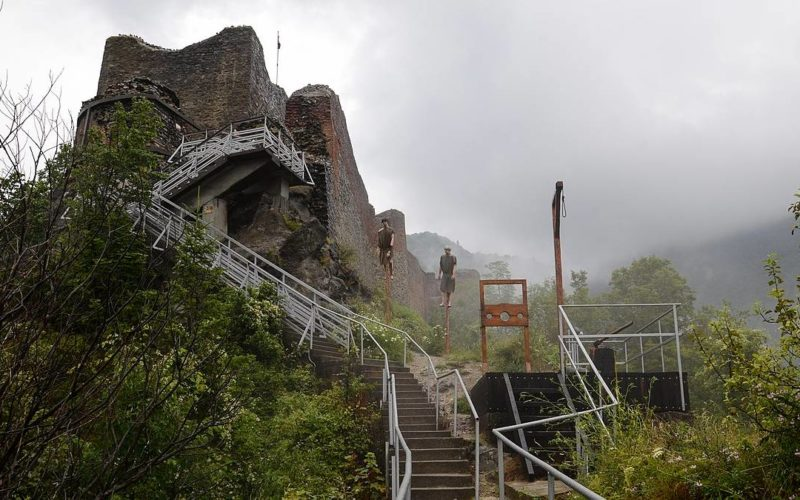 Vista do Castelo do Drácula: Ruínas do Castelo de Poenari, na Transilvânia - Romênia