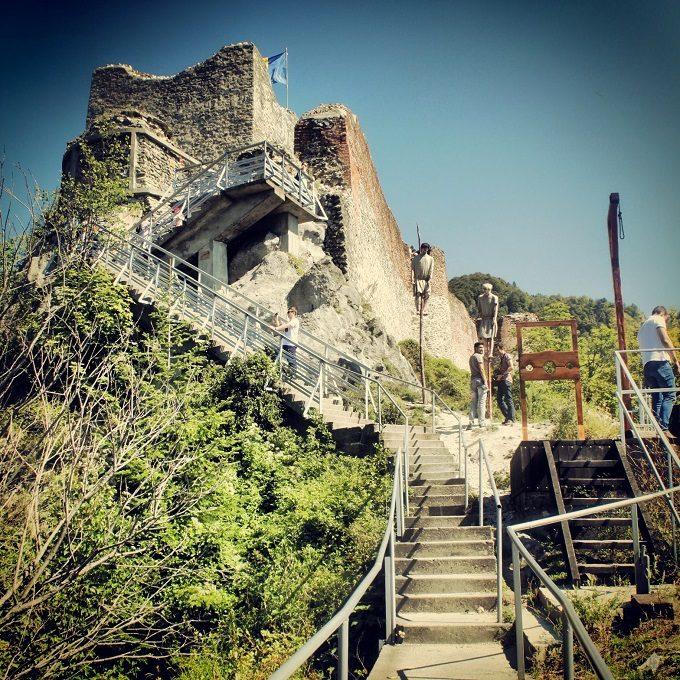 Vista do Castelo de Poenari, o verdadeiro castelo do Drácula, na Transilvânia