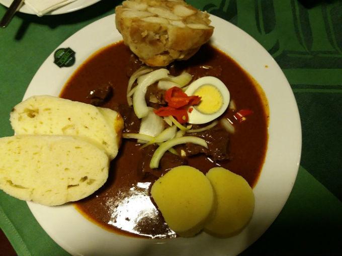 Goulash tcheco com dumplings de batata e pão na Pilsener Urquell