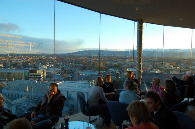 Gravity Bar na Guinnness Storehouse. Foto: bjaglin CC BY 2.0