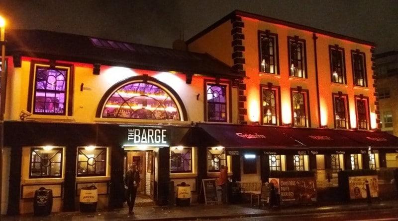 Fachada do pub irlandês The Barge fotografada à noite em Dublin