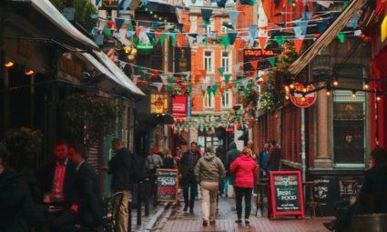 Rua com vários pubs em Dublin