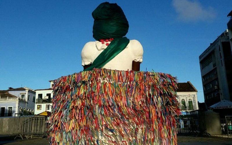 Estátua de uma baiana de costas no Pelourinho, em Salvador