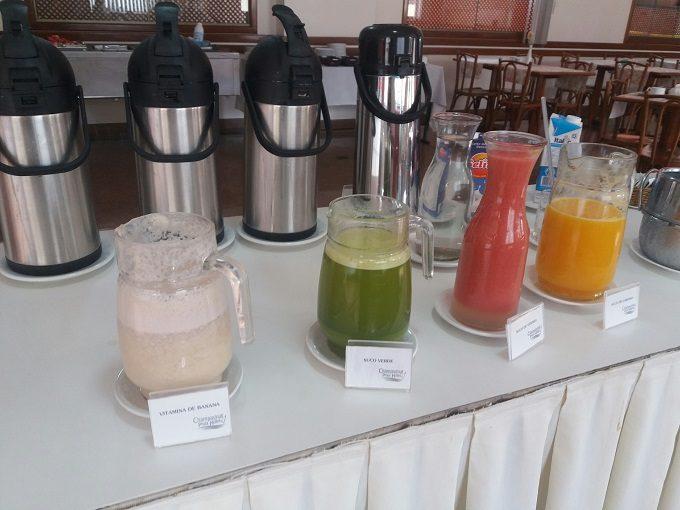 Café da manhã de hotel com detox e opções sem glúten, sem lactose e sem ovo