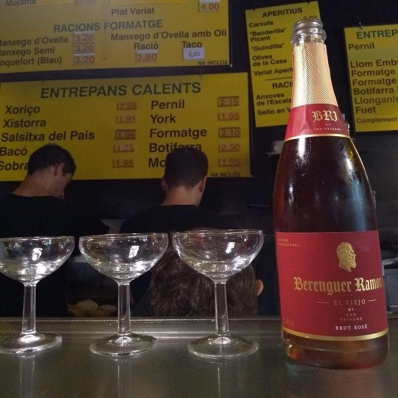 Bares baratos em Barcelona: no Can Paixano é possível tomar um espumante sem frescura