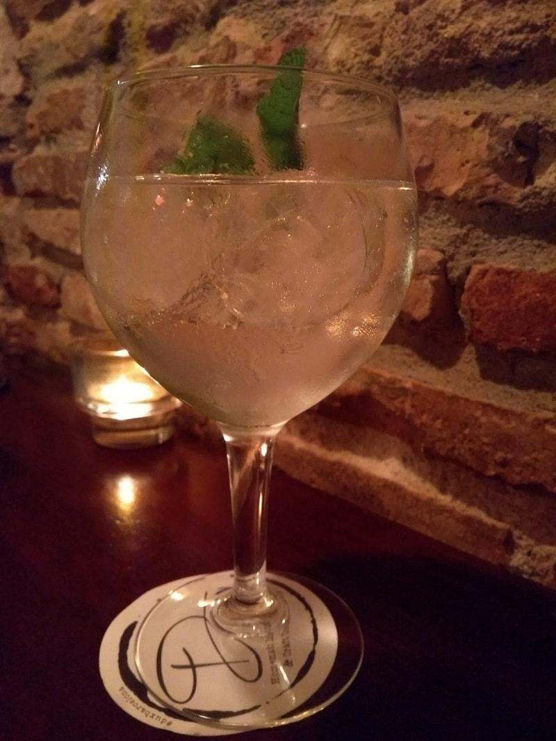 Copo de gin no Dux, um dos bares em Barcelona especializados na bebida