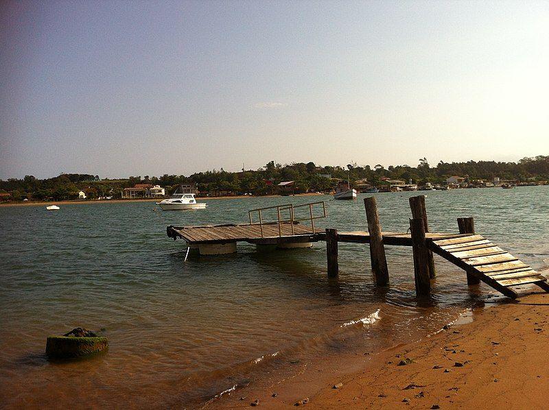 Pier sobre a água por onde se chega para visitar aldeia indígena no Espírito Santo