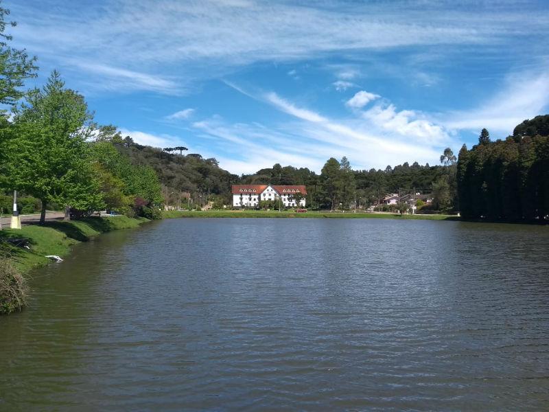 Lago São Bernardo, em São Francisco de Paula, com vista para o Hotel Cavalinho Branco