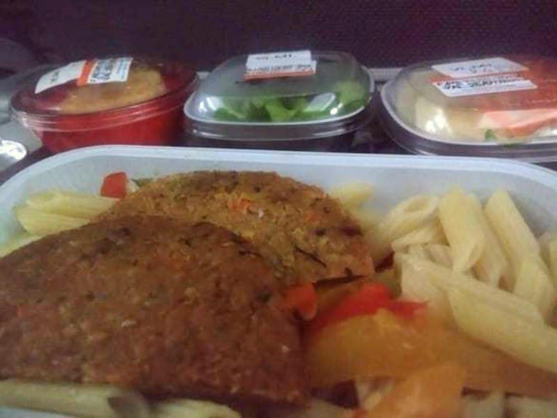 Como é voar de tap: massa com hambúrguer vegetariano, bolinho e saladas servidos em potes de plástico
