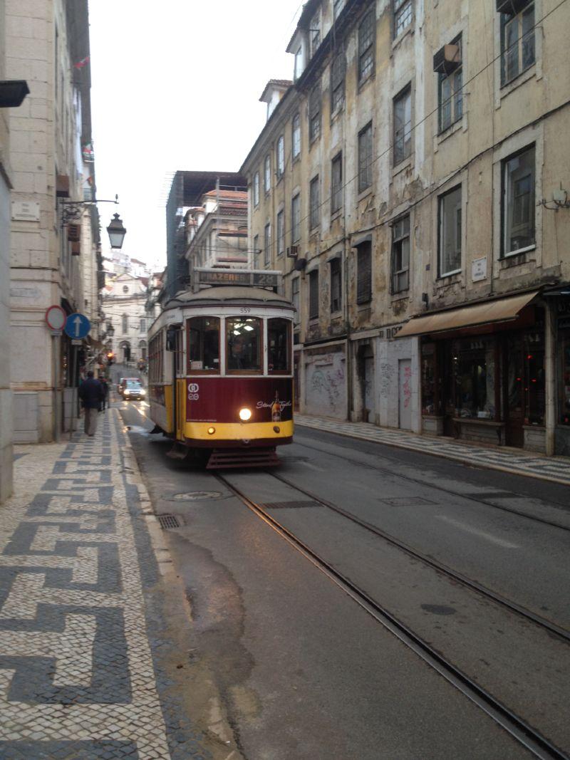 Bairros de Lisboa: bonde passando em Alfama
