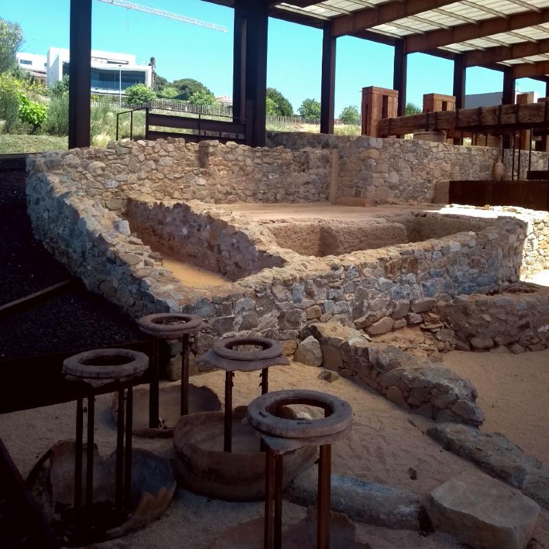 Pedaços de antigas barricas vinícolas perto de Barcelona e a vista geral do Parque Arqueológico