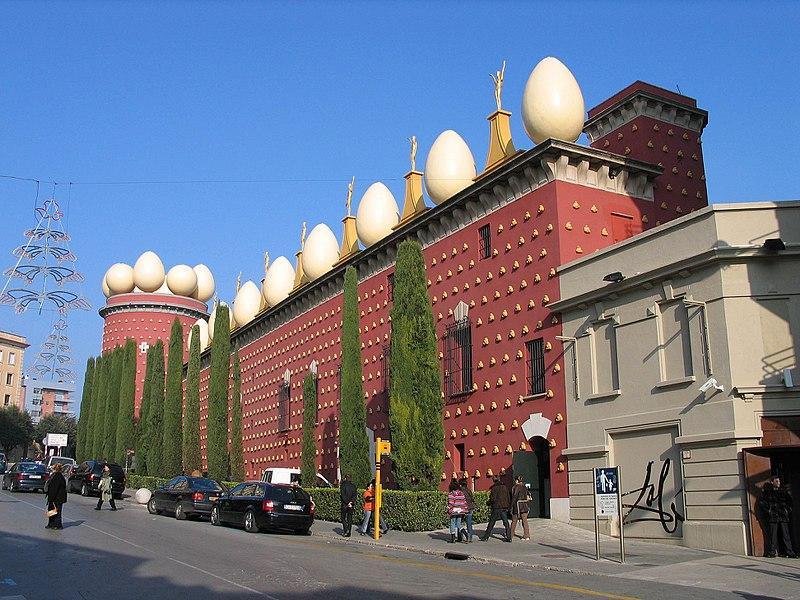 Vista da fachada do Teatro-Museu Dalí, em Figueres.