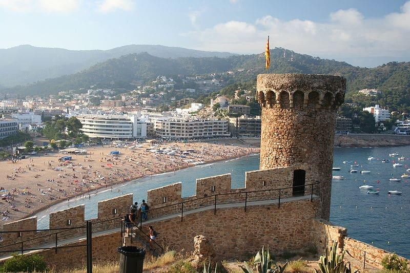 Vista da praia e das muralhas de Tossa de Mar, cidade perto de Barcelona