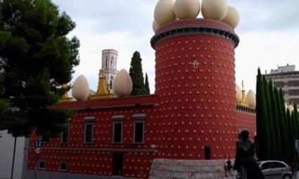 Fachada do Teatro-Museu Dalí em Figueres