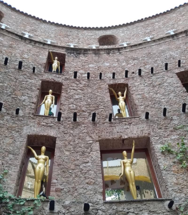 Teatro-Museu Dalí em Figueres, esculturas ocupam as paredes da construção