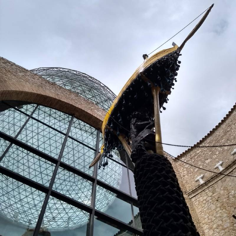 Esculturas surrealistas no átrio do Museu Dalí e a famosa cúpula de cristal