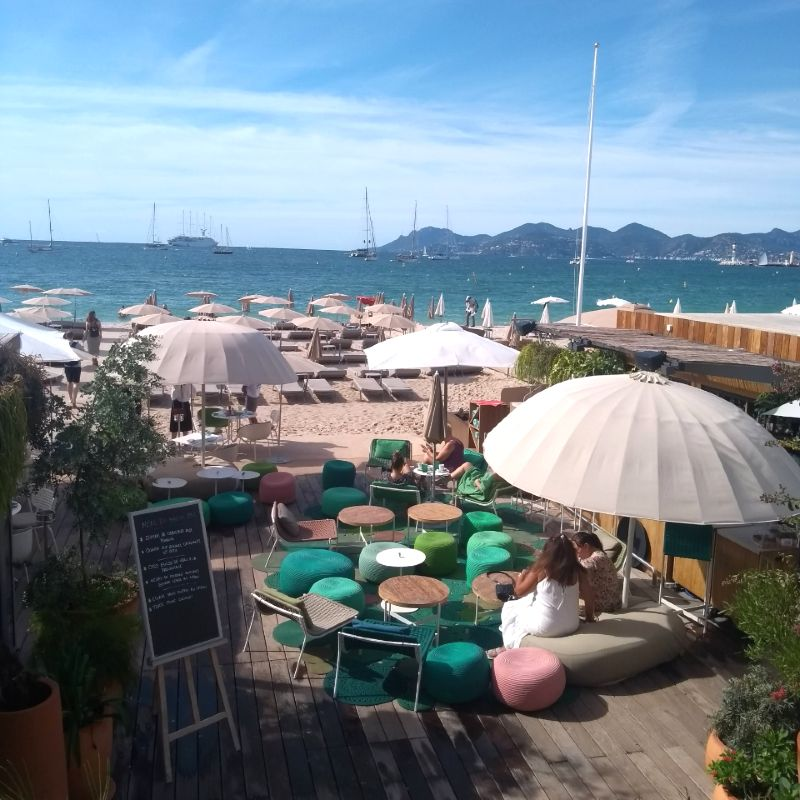Clube de praia nas areias de Cannes
