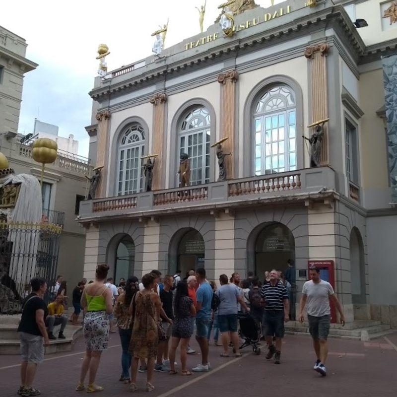 Fila na entrada do Museu Dalí em Figueres