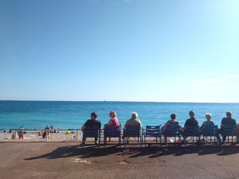 O que fazer em Nice, França: sentar para observar o mar
