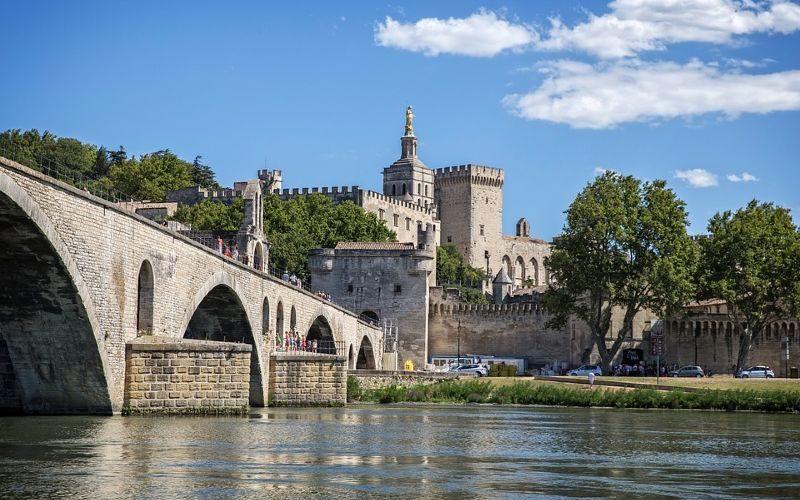 Avignon França. Foto de gillag via https://pixabay.com/es/photos/puente-de-avignon-vaucluse-francia-862948/