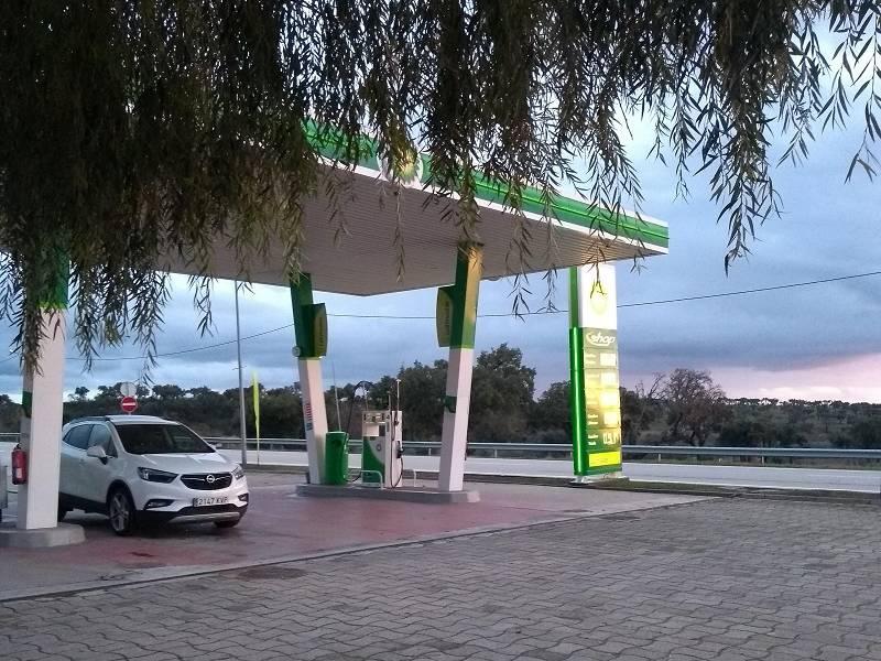 Carro parado em um posto de gasolina de Portugal na hora do nascer do sol