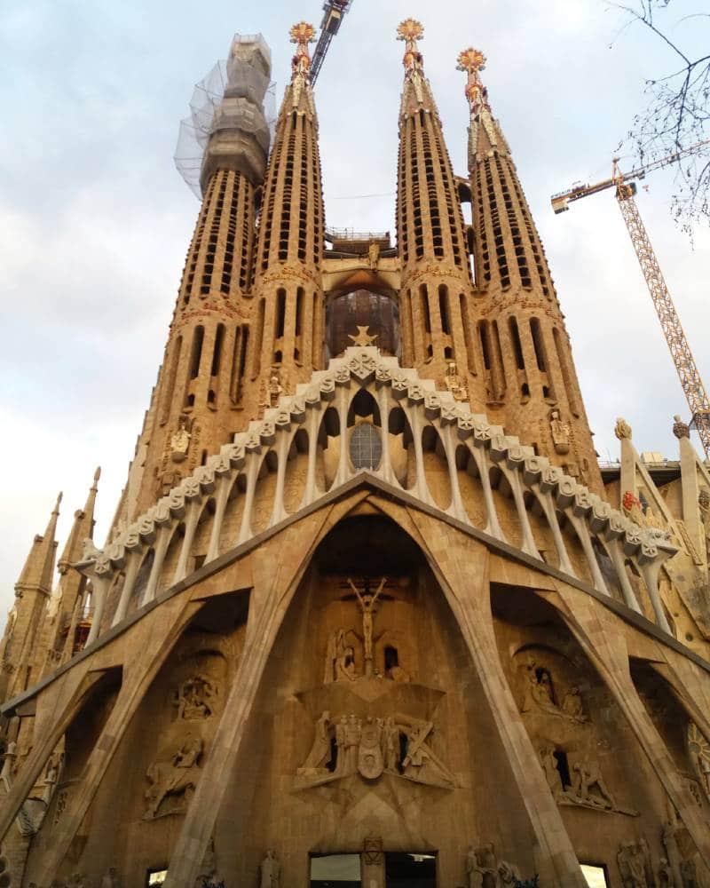 Fachada da Sagrada Família Barcelona, na Espanha