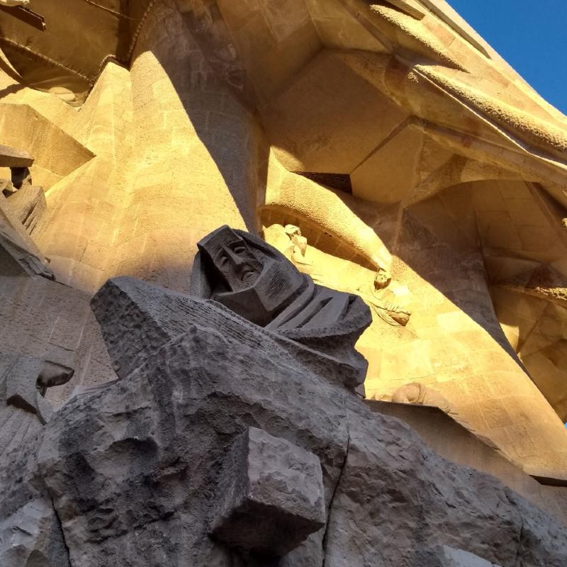 Estátua de mulher triste na fachada da Sagrada Família Barcelona, na Espanha