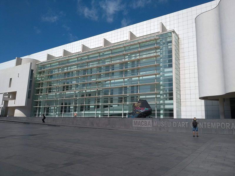 Fachada do Museu de Arte Contemporânea de Barcelona, na Espanha