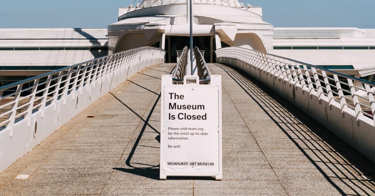 """Porque ficar em casa no feriado. Foto de placa em frente a um museu com os dizeres """"O museu está fechado""""."""