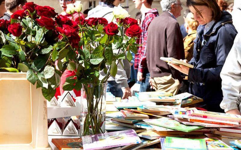 Bancas de livros e rosas do Dia de Sant Jordi em Barcelona
