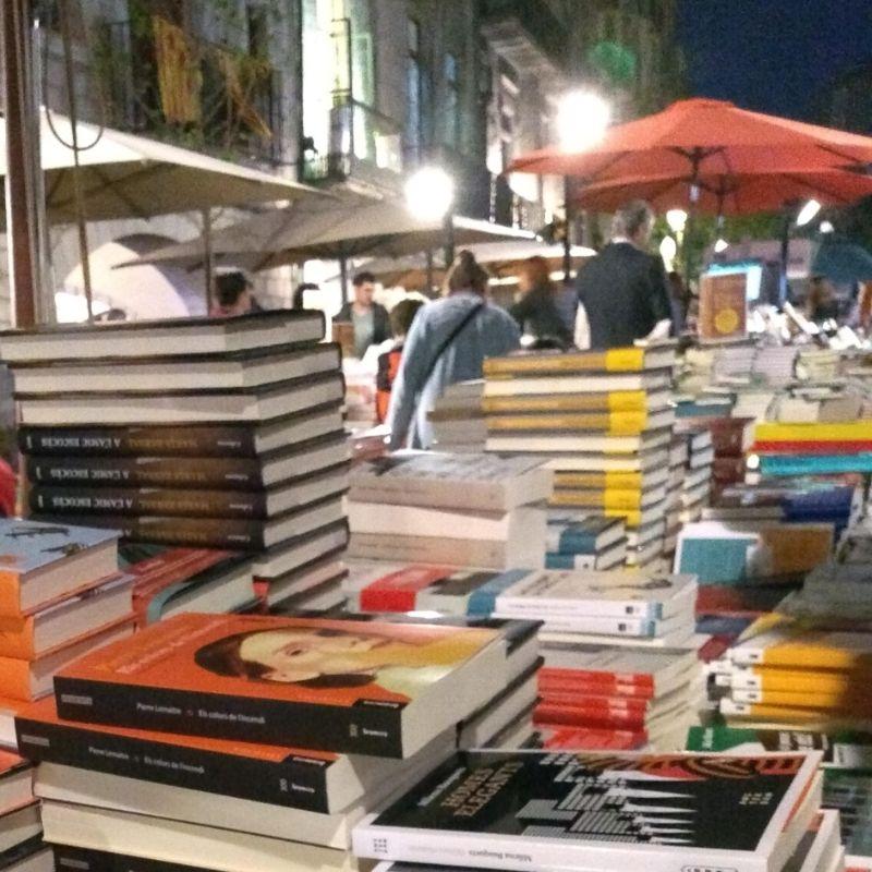Livros nas bancas de San Jordi no centro de Girona à noite