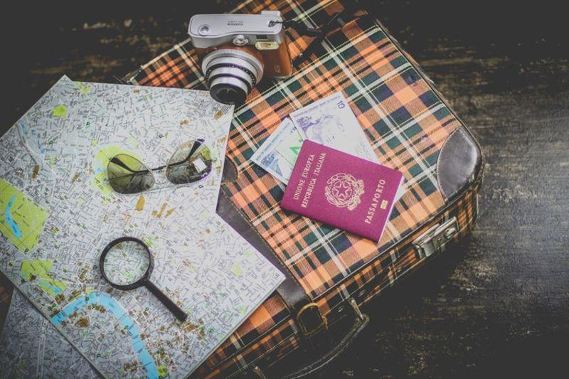 Passaporte italiano, mapas, câmera fotográfica e documentação para emissão do ESTA EUA