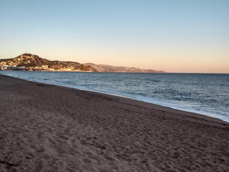 Praia de Blanes, na Espanha, fotografada na hora do pôr do sol
