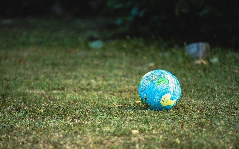 globo terrestre jogado sobre a grama